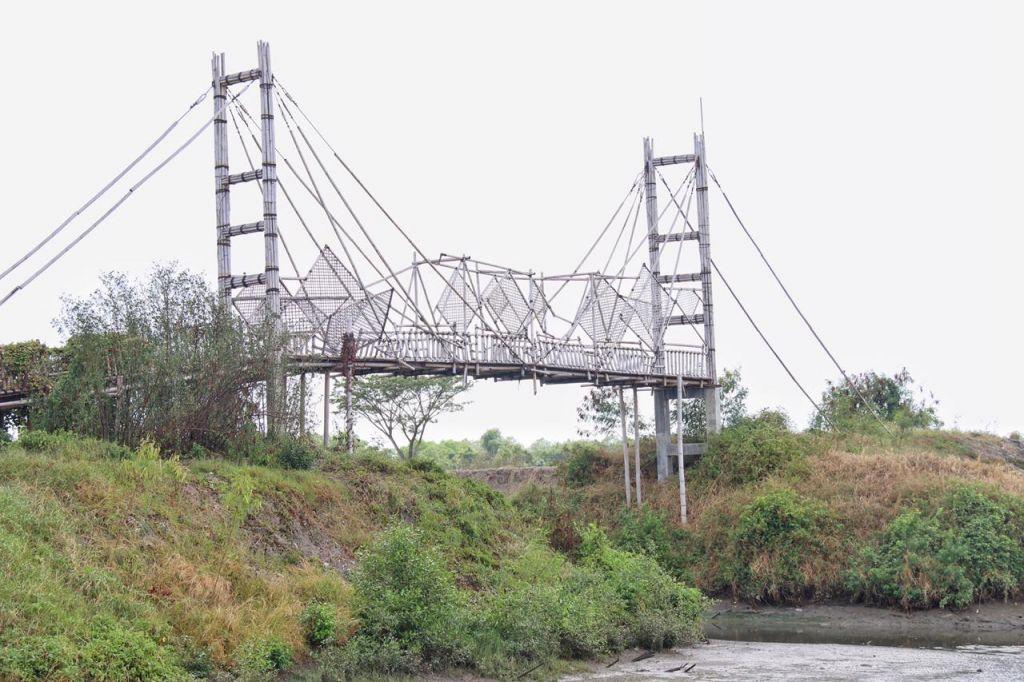 Jembatan Bambu Surabaya yang rusak dan mangkrak