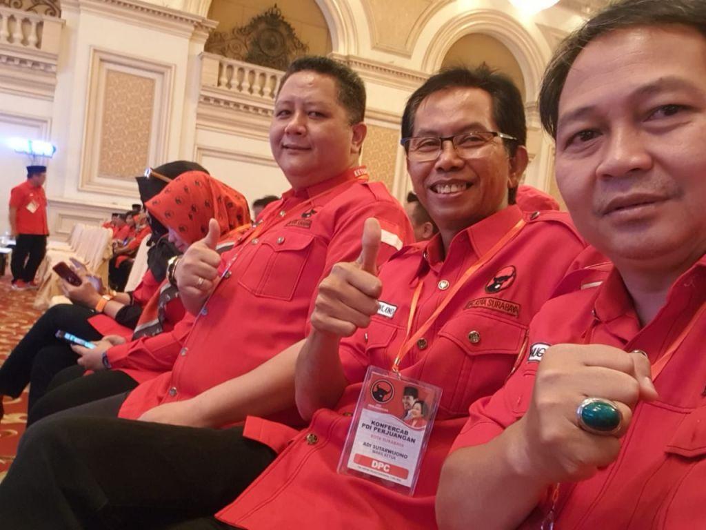 Anugrah Ariyadi (kanan) bersama Ketua DPC PDI Surabaya Dominikus Adi Sutarwijono (tengah) dan Whisnu Sakti Buana