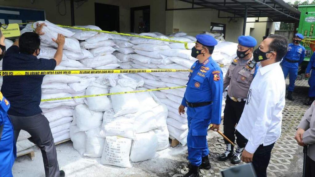 Kabaharkam Polri, Komjen Pol Agus Andrianto saat melihat barang bukti ungkap kasus produsen bom ikan di Kantor Ditpolairud Polda Jatim di Surabaya