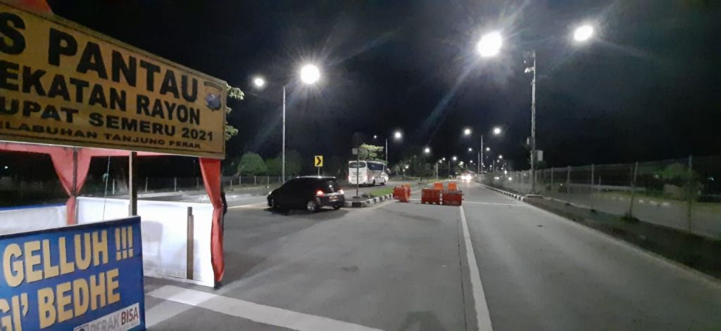 Kendaraan yang akan masuk ke Jembatan Suramadu sisi Surabaya diminta putar balik