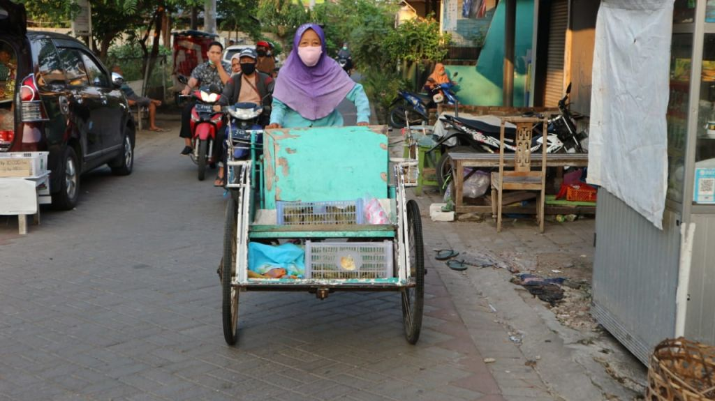 Mbah Satimah mengayuh becak tua peninggalan suami tercinta untuk berdagang keliling kampung