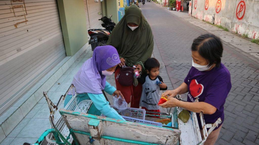 Mbah Satimah mendorong becak tua peninggalan suami tercinta untuk berdagang keliling kampung