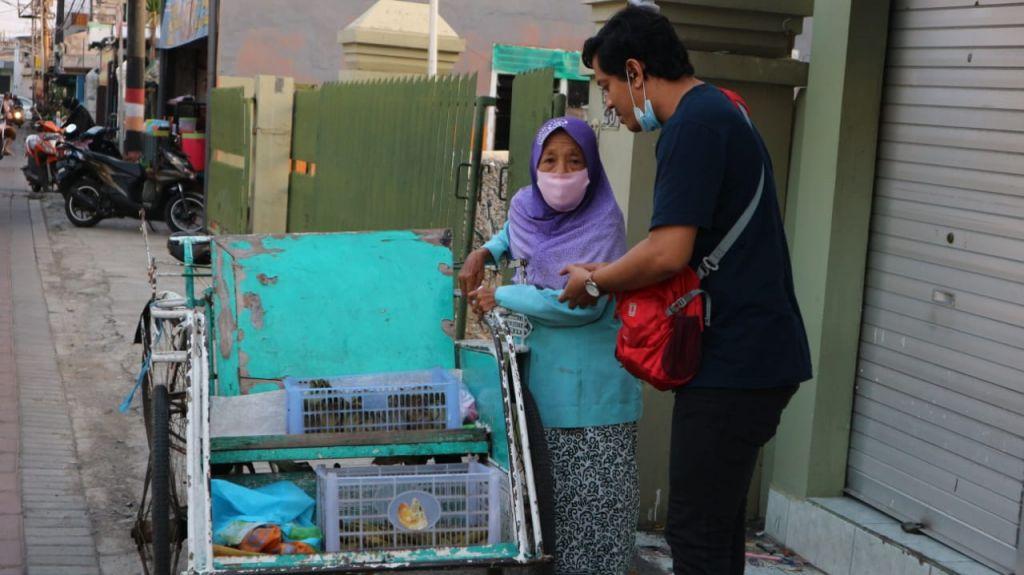 Reporter jatimnow.com memberikan santuan dari Ketua Komisi A DPRD Kota Surabaya, Pertiwi Ayu Krishna kepada Mbah Satimah