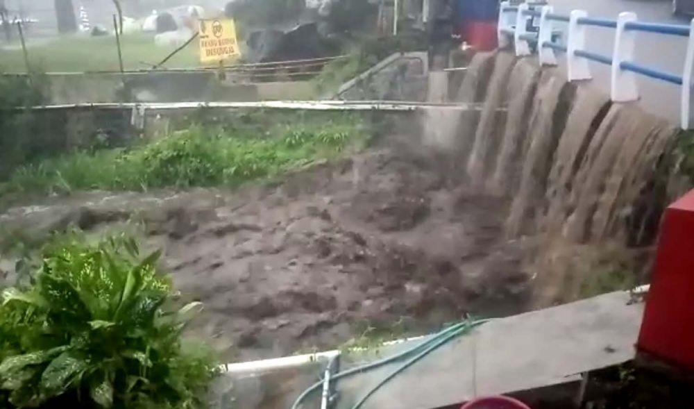 Banjir bandang mengakibatkan sejumlah pipa air panas Wisata Padusan Pacet terputus