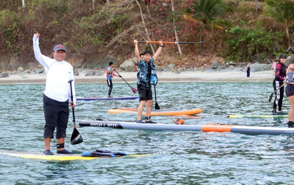 Bupati Trenggalek Mochamad Nur Arifin ikut bermain Paddle Board di Teluk Pantai Prigi