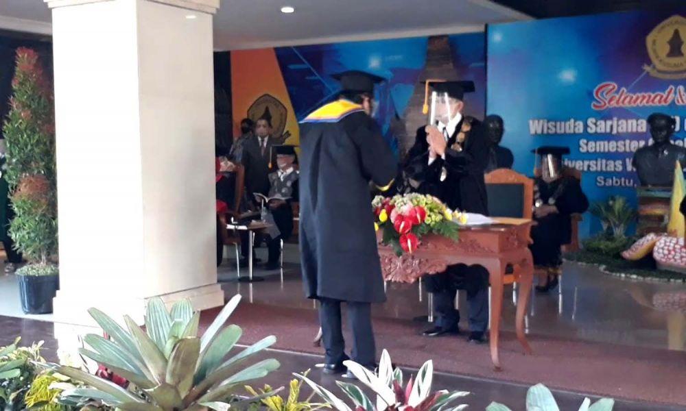 Prosesi wisuda drive thru di UWK Surabaya