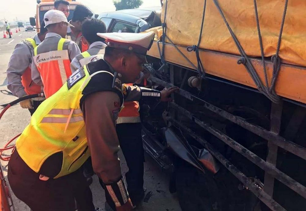 Petugas mengevakuasi pengemudi mobil Xenia yang terjepit kabin karena menabrak truk tronton di Tol Jombang