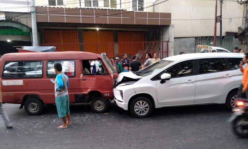 Mitsubishi Xpander tabrak angkot di Jalan Semarang, Surabaya (foto: Istimewa)