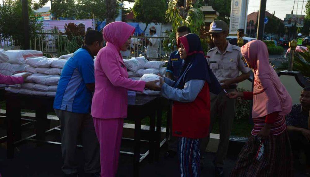 Ibu Bhayangkari Polres Madiun Kota juga ikut membagikan paket zakat fitrah