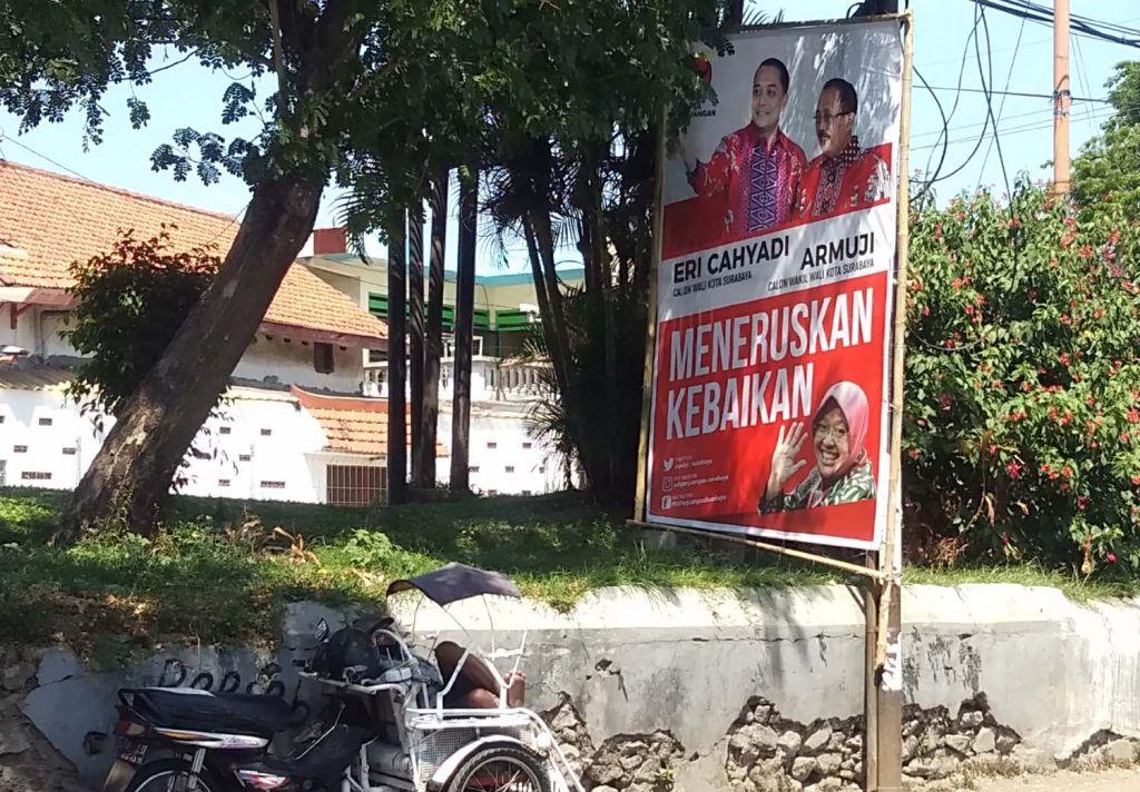 Baliho liar Paslon Erji terpasang di salah satu ruang terbuka hijau di Banyuurip, Surabaya