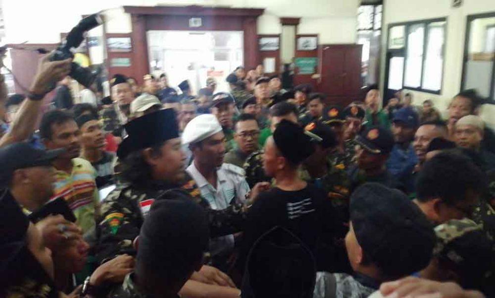 Adu mulut dan saling dorong antara massa FPI dan Banser di Pengadilan Negeri Surabaya