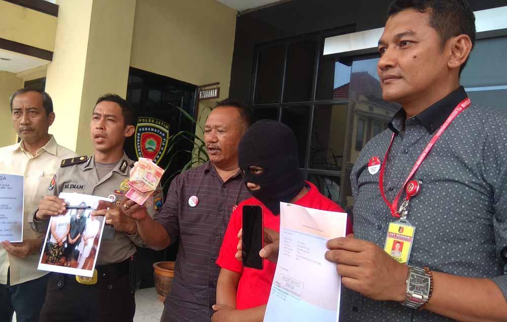 Tersangka Josan (dua dari kanan) diamankan di Mapolrestabes Surabaya