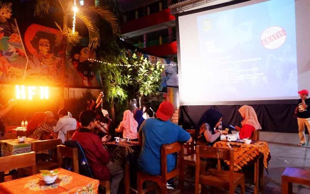 Acara nonton bioskop di halaman sekolah SMK di Surabaya