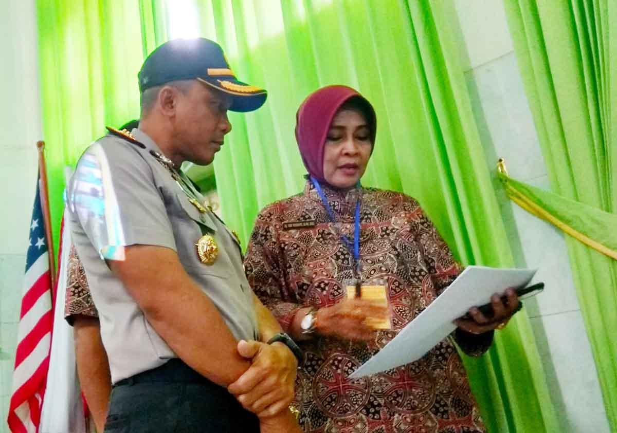 Kapolrestabes mendapat penjelasan dari Kepala Sekolah SMA N 5 Surabaya.