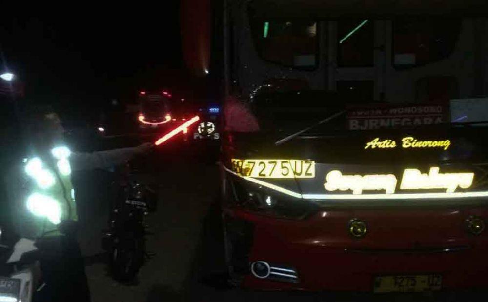 Petugas mengevakuasi bus dan motor yang terlibat kecelakaan