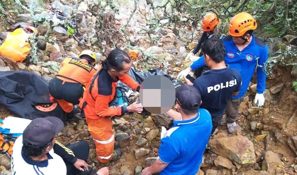 Evakuasi kerangka survivor di Gunung Arjuno