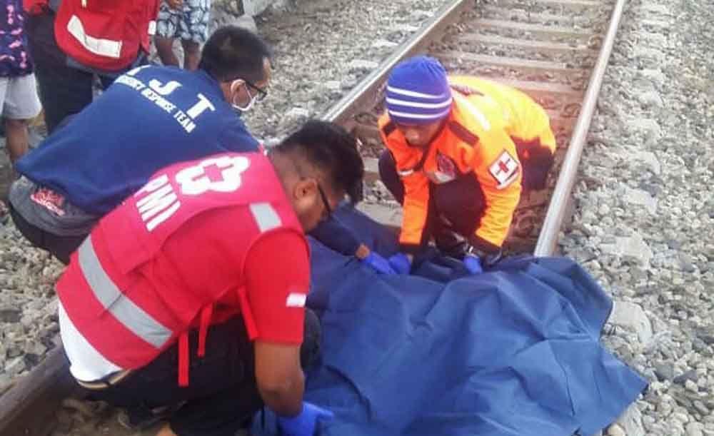Evakuasi jenazah korban tersambar kereta api