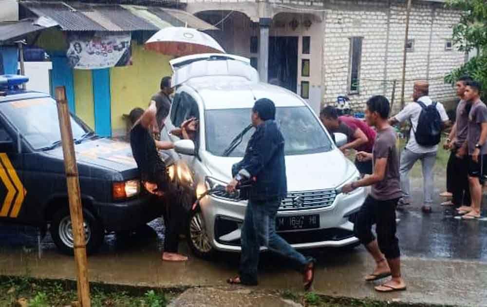 Penghadangan mobil pencuri kotak suara di Madura