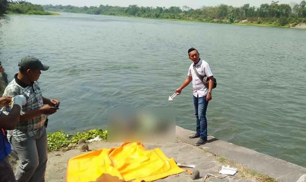 Olah TKP penemuan mayat di Sungai Brantas
