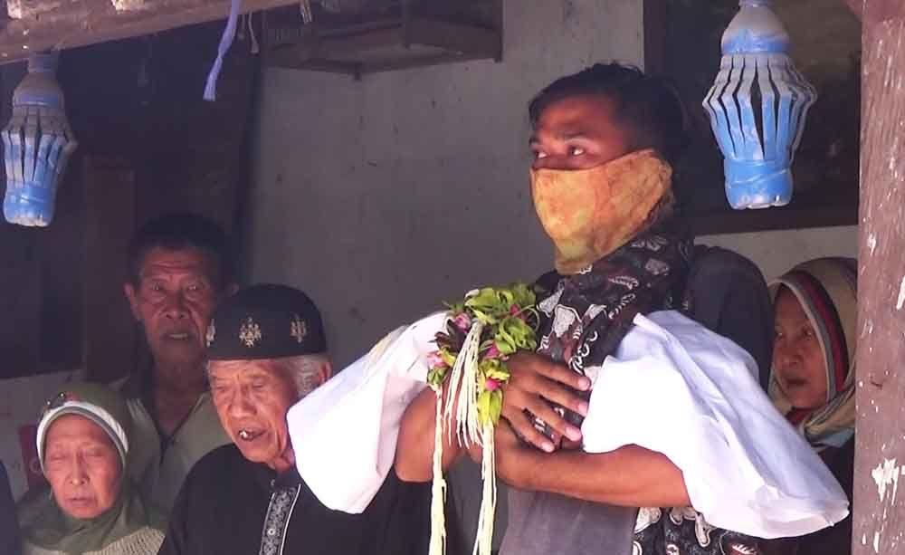 Pemakaman mayat bayi yang ditemukan di kolong tempat tidur di Blitar
