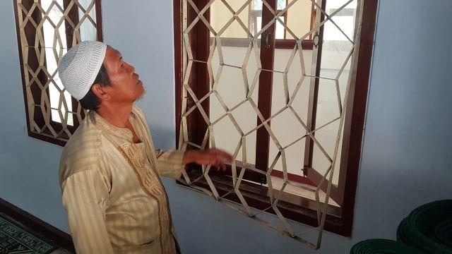 Congkel Tralis Besi Jendela Masjid Pencuri Kuras Uang Kotak Amal