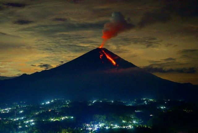Luncurkan Awan Panas Status Gunung Semeru Tetap Waspada