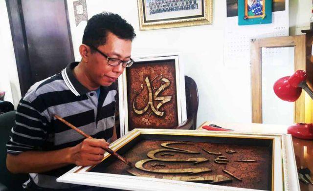 Indahnya Seni Kaligrafi Berbahan Cangkang Telur Dan Kulit Jagung