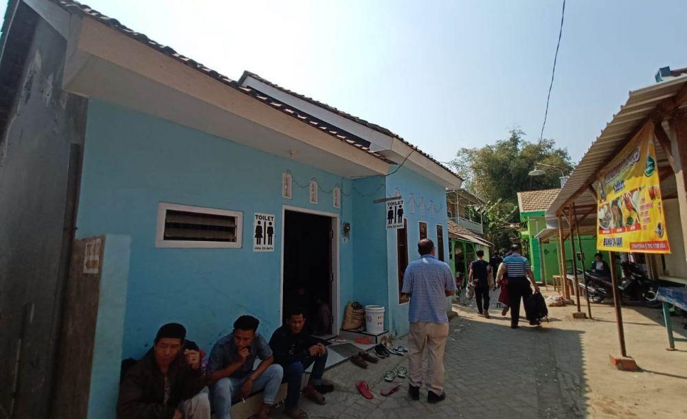 Warga menyediakan ponten umum di lokasi terapi Ningsih Tinampi