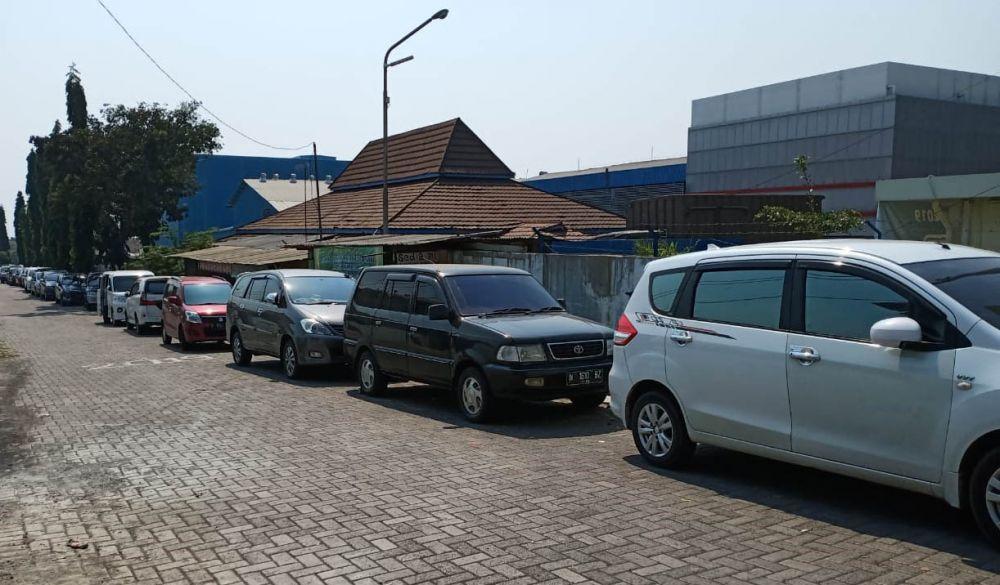 Kendaraan warga terparkir di lokasi terapi Ningsih Tinampi