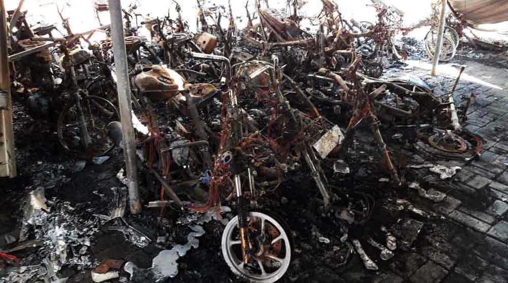 Bangkai motor korban kebakaran rumah parkir