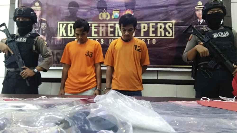 Dua pelaku pemerasan saat di Mapolres Mojokerto