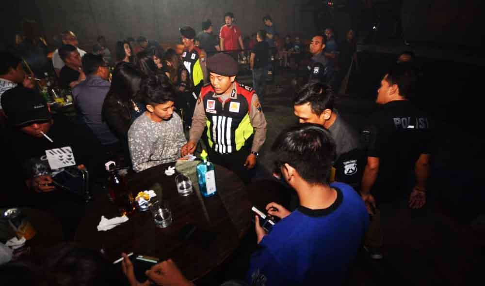 Razia di Tempat Hiburan Malam dan Panti Pijat Surabaya, 168 Orang Ditindak