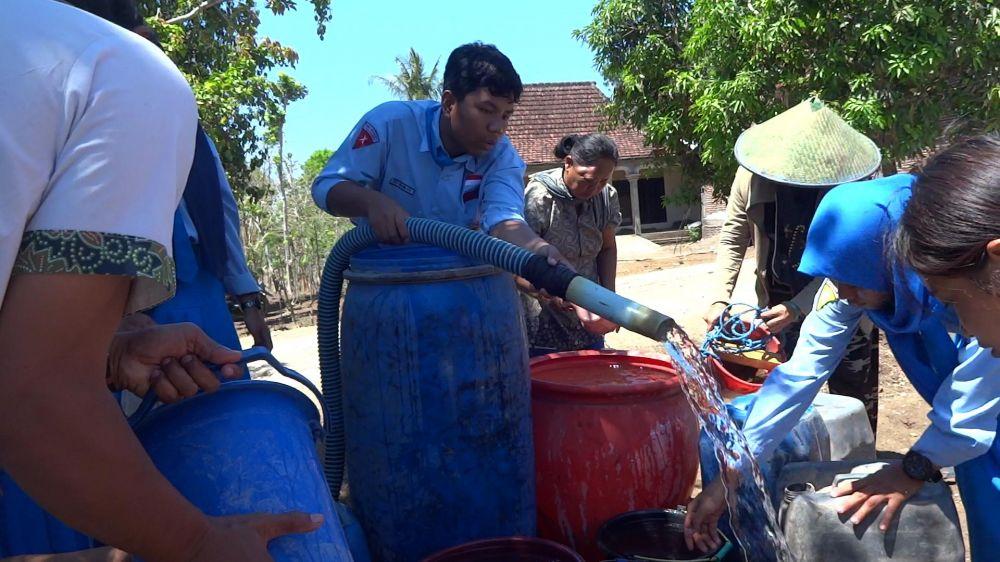 Para siswa SMAN 1 Kalidawir Tulungagung mendistribusikan air bersih ke desa terdampak kekeringan dari hasil patungan