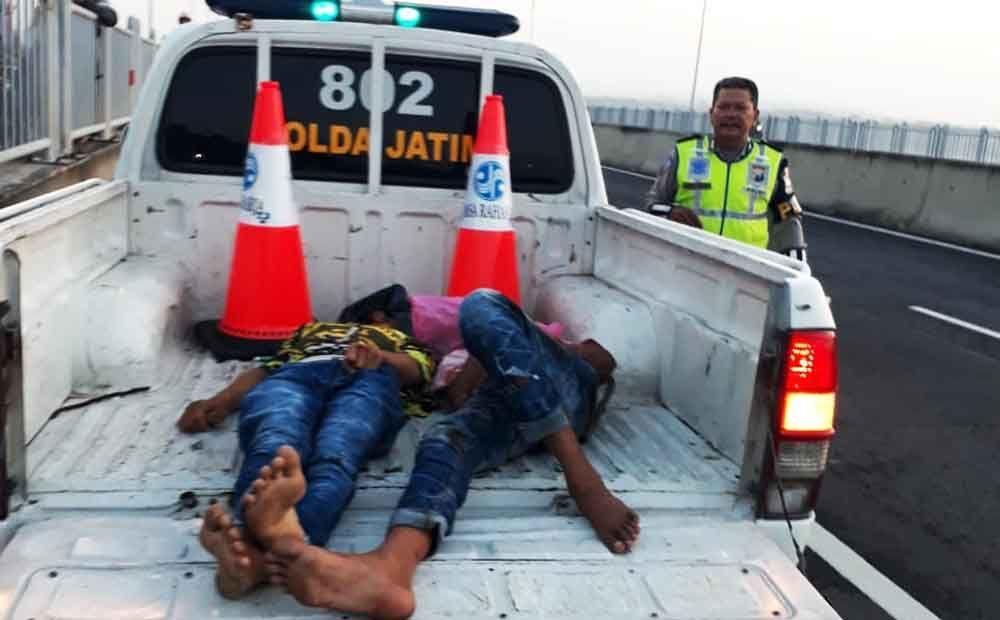 Petugas mengevakuasi dua pemuda tak sadarkan diri
