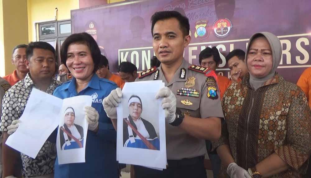 Kapolres Mojokerto menunjukkan bukti foto korban