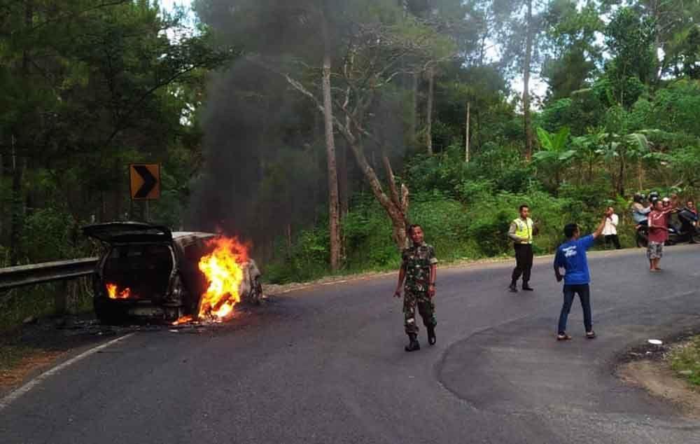 Mobil terbakar di Trenggalek