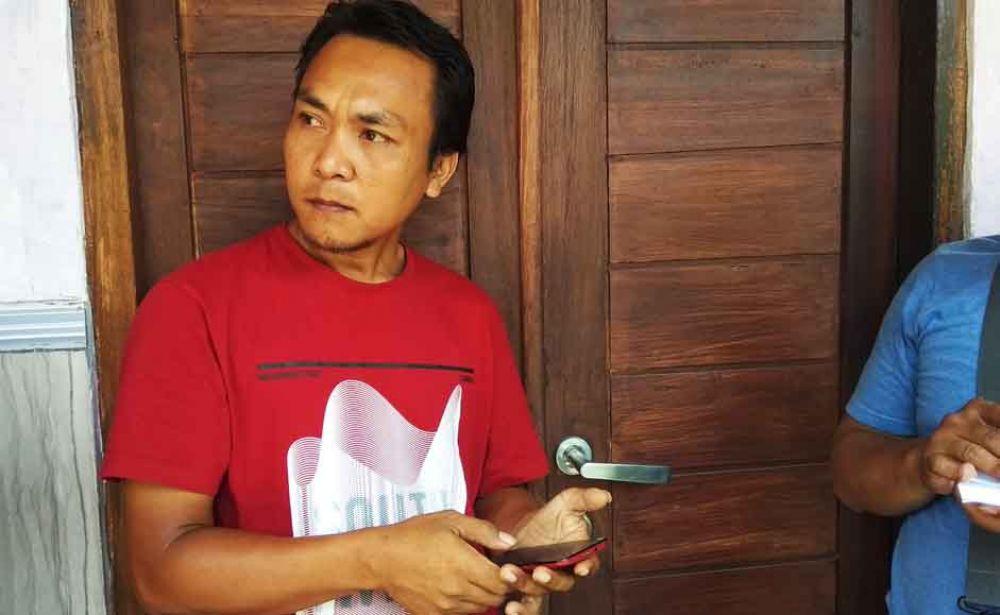 Ketua RW 1 Lingkungan Gombeng, Imam Iskandar saat menunjukkan rumah yang pernah ditinggali Wisnu