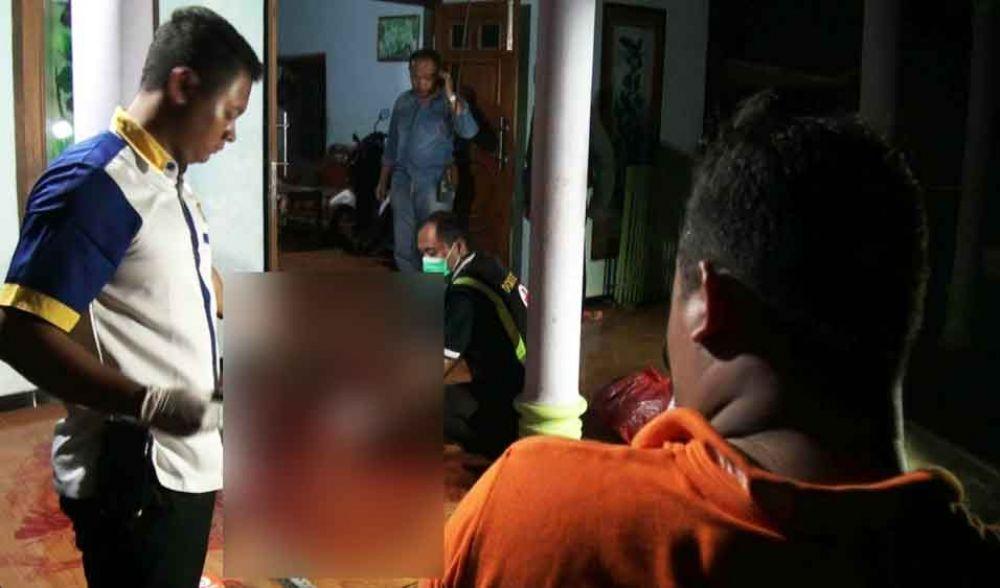Polisi melakukan olah TKP tewasnya pedagang sayur di Ponorogo
